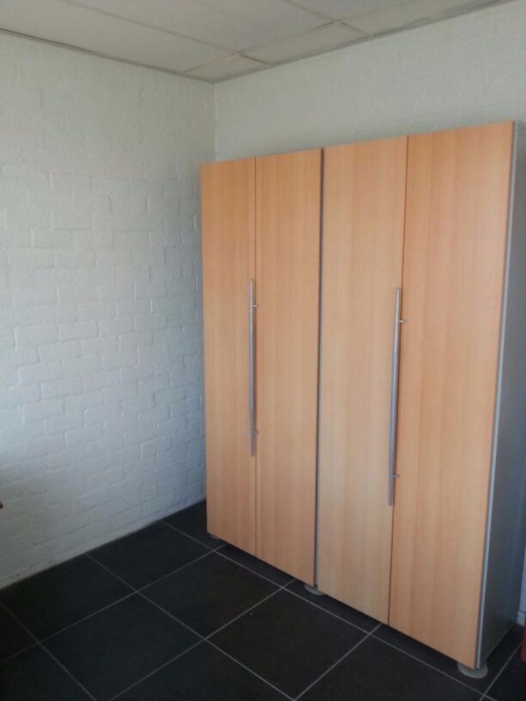 Kantoorinventaris hoek bureau met 1 hoge dubbeldeurs kast